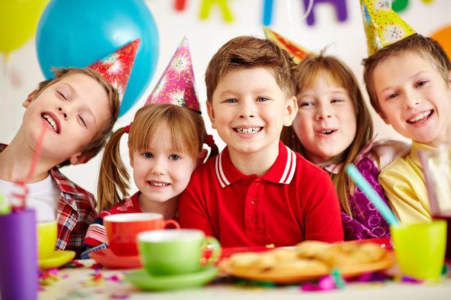 Веселый день рождения дома за столом